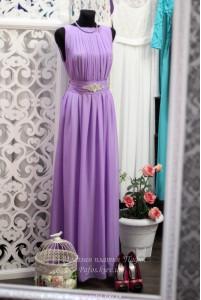 Фиолетовое платье с брошью фото